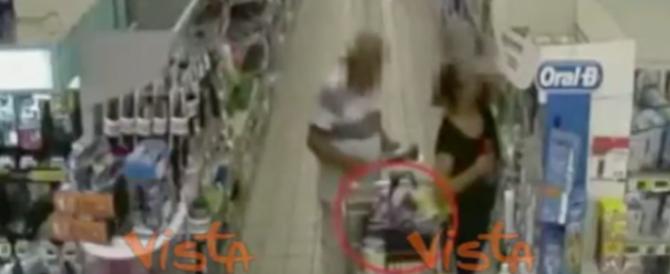 L'incubo delle vecchiette nei supermercati: le ripuliva così (video)