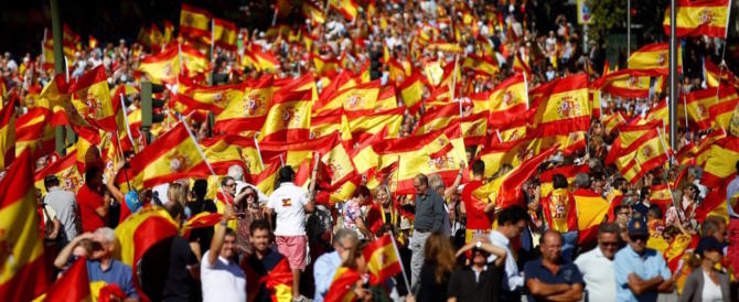"""Arriba España"", fiume umano a Madrid per l'unità nazionale (video)"