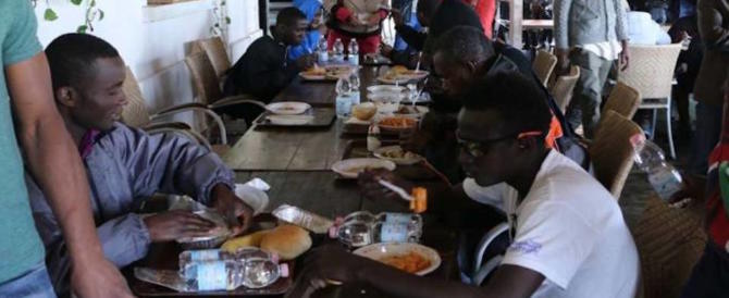 Aule di Catechismo adibite a mensa per profughi: i genitori ritirano i figli