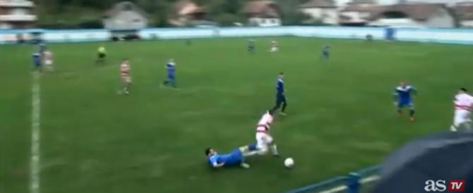 Bosnia, perde un testicolo durante una partita di calcio. Ecco il video choc
