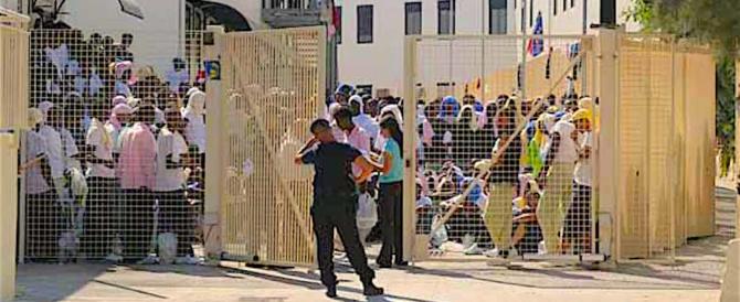 In fuga da Lampedusa infilati nel mezzo per i rifiuti: feriti 5 migranti