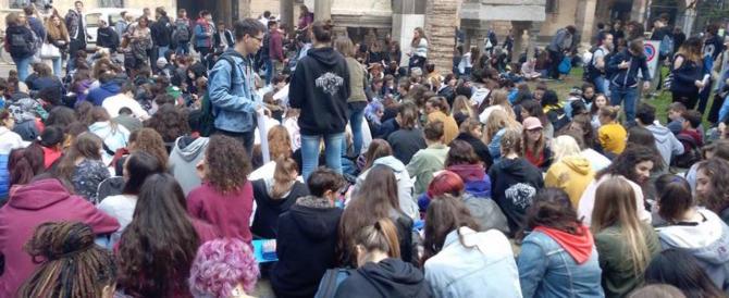Padova, «Ci molestano e ci filmano»: le liceali in piazza contro i maschi