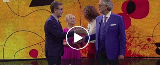 """Scivolone della Littizzetto: una gag sulla mano non """"vista"""" da Bocelli (video)"""