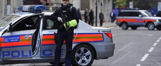 Panico a Londra, auto investe pedoni davanti al museo di storia naturale: un arresto