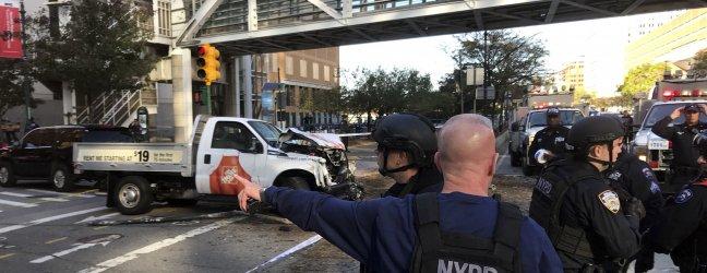 Terrore a New York, auto contro ciclisti e spari: almeno 6 morti
