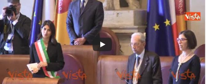 """La Raggi canta """"Bella Ciao"""" con l'Anpi: che ne dice il papà fascista di Dibba? (video)"""