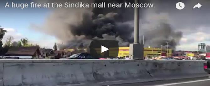 Mosca, disastroso incendio in un centro commerciale: fuoco, fumo e panico ovunque (VIDEO)