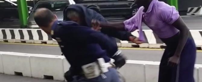 Straniero aggredisce i poliziotti: una furia. Bloccato solo con lo spray al peperoncino