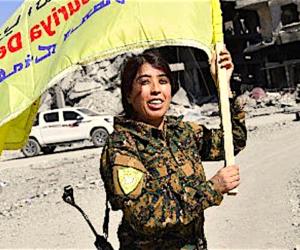Raqqa in festa: le donne bruciano i burqa, gli uomini tagliano la barba (video)