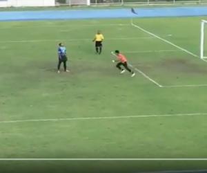 Rigore beffardo: il pallone tocca la traversa e, mentre il portiere festeggia, rimbalza in rete (VIDEO)