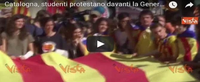 Puigdemont annulla la dichiarazione e la piazza protesta: «Giuda!» (VIDEO)