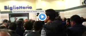 Ora Renzi viaggia in incognito per schivare fischi e insulti in stazione