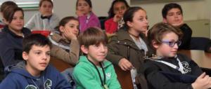 Scuola, la prof manda gli alunni in strada: «Intervistate gli immigrati»