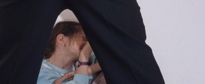 Giocava al dottore con la figlia di amici di 5 anni: arrestato per abusi su minore
