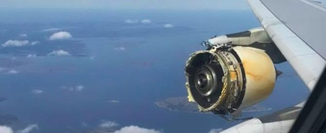 Paura sul volo Parigi-Los Angeles. Esplode motore (video)
