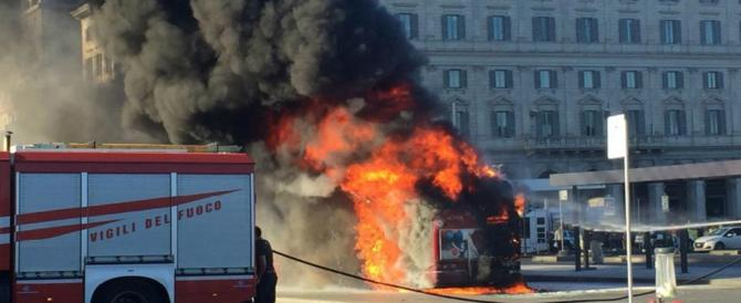 Roma, l'ennesimo autobus in fiamme. L'incendio vicino all'Università