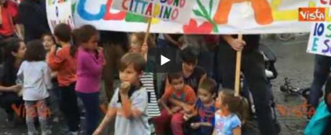 """Sinistra senza scrupoli: bambini """"convinti"""" a manifestare per lo Ius Soli (video)"""