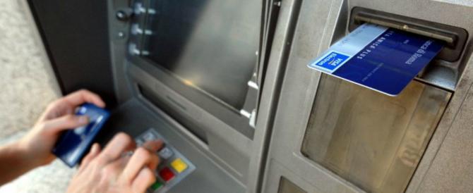 Ruba il bancomat e svuota il conto dell'ex. Un video la inchioda