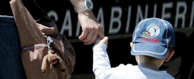 Scalzo e in pigiama a spasso di notte: il baby-fuggitivo ha 3 anni. Carabinieri lo riportano a casa