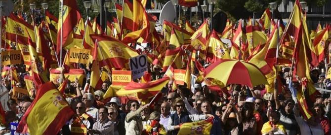Catalogna, in piazza a Barcellona gli unionisti. Puigdemont rischia l'arresto