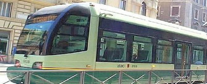Parla al cellulare ed è travolta dal tram: estratta viva da sotto le rotaie
