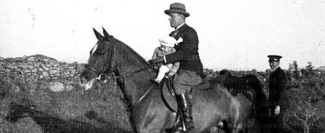 """C'è """"Mussolini a cavallo"""" e il Pd scatena un'altra ridicola guerra"""