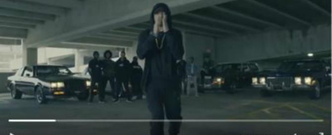 """Eminem e la sua """"eleganza"""" liberal, dito medio a Trump: «Ti odiamo!» (video)"""