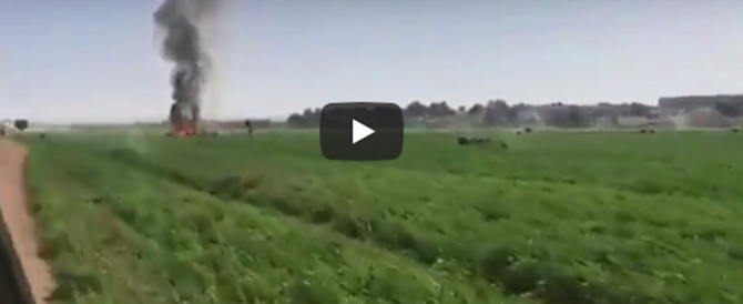 Spagna, Eurofighter precipita durante una festa. Un uomo si avvicina al rogo (video)