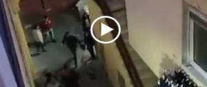 Sarno, extracomunitari scatenati in strada: i cittadini si ribellano (video)