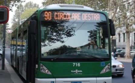 Milano, terrore a bordo del filobus: donna aggredita da un tunisino
