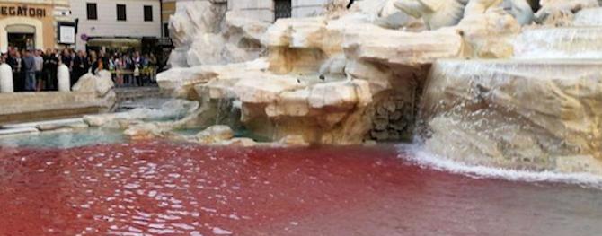 Fontana di Trevi tinta di rosso come 10 anni fa: Cecchini rivendica il blitz (video)