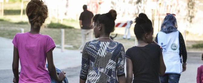 Sesso e donne nascoste sotto i letti: bufera sulla casa dei migranti