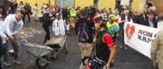 Clamorosa protesta dei terremotati del Centro Italia: le macerie a Montecitorio (video)