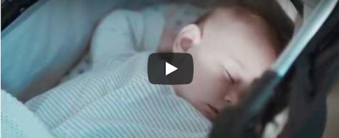 Dalla Gb l'invenzione per far addormentare i neonati nel passeggino (video)