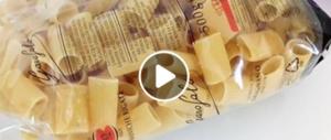 """""""Insetti nel pacco di pasta, guardate che schifo"""": su Fb il video-denuncia"""
