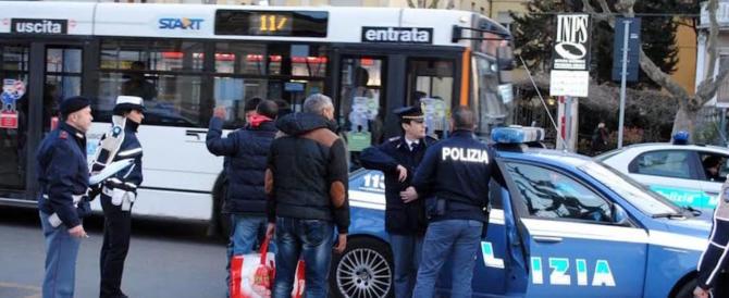 L'autista del bus lo sveglia, il migrante diventa una furia e lo massacra di botte