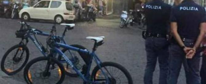 Napoli, poliziotti in bicicletta dotati di caschi e lampeggianti al Vomero