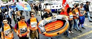Proteste con salsa di pomodoro in mare per il vertice del G7 di Ischia