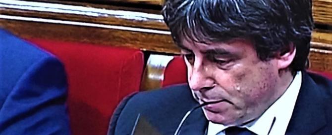 """Catalogna, Puidgemont decide di non decidere e """"sospende"""" l'indipendenza"""