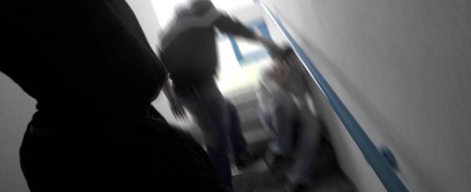 «Sei grassa»: bullismo in una scuola media, pugni in faccia a una 12enne