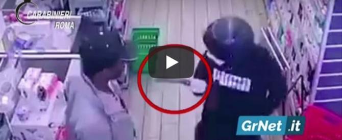 Al supermercato armato di mannaia: ecco come lo acciuffano (video)