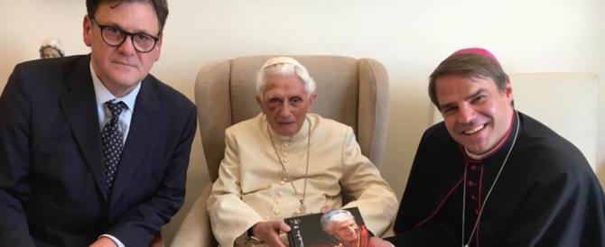 Ratzinger in foto con un occhio nero. Ma dal Vaticano assicurano: «Sta bene»