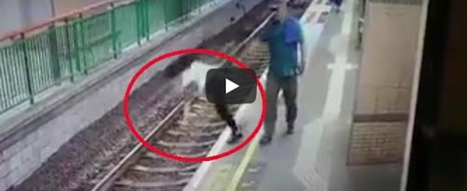 Terrore in stazione: spinge una donna sui binari prima che passi il treno (video)