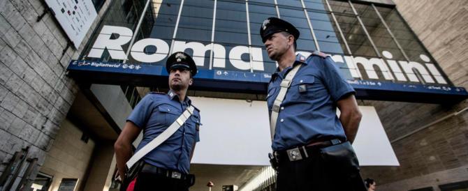 Stazione Termini, 2 algerini rapinano 25enne toscana: i passanti danno l'allarme