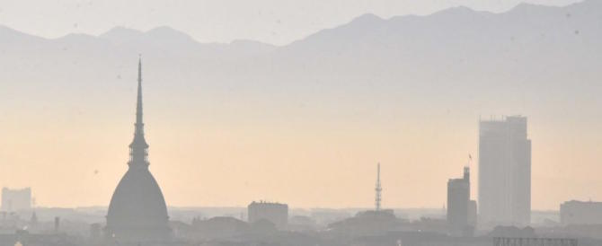 Torino soffoca, la giunta Cinquestelle avverte: non aprite le finestre