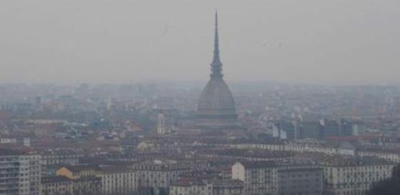 Torino soffocata dal fumo degli incendi. Il Piemonte sconvolto dalle fiamme