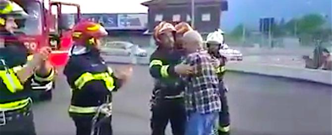 Il commovente saluto dei pompieri al collega che va in pensione (video)