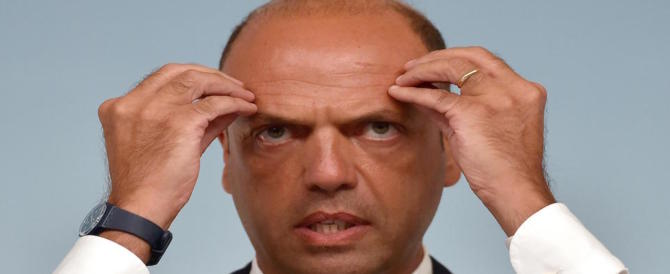 Alfano è disperato, non gli resta che piangere: «Mi salverà il Pd»