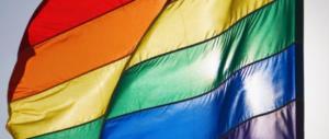 Tricolore sostituito con la bandiera gay nel sussidiario per migranti