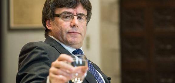 Catalogna nel caos, rinviata la seduta. Puigdemont non torna casa, ha paura